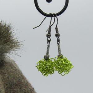 femme- bijou-paire de boucles d'oreille fantaisie-vert pomme et argent.