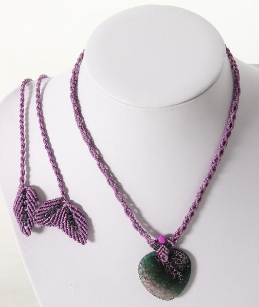 femme- bijoux- Collier en macramé sur agate-Authentique et féminine en lilas et vert