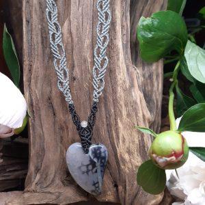 """femme-bijouxx-bracelet harmonie en camaïeu de bleusCollier en macramé """"Authentique et féminine en gris et noir"""" sur agate"""
