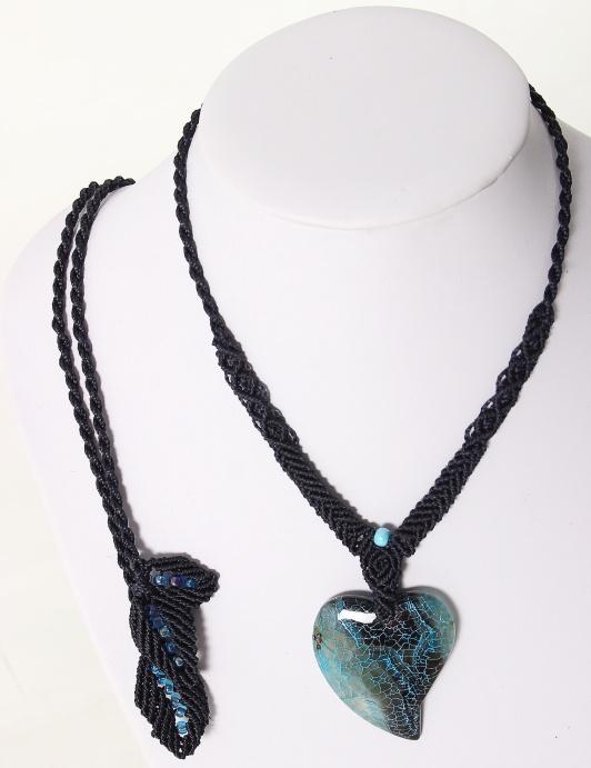 femme-bijou-collier en macramé-Authentique et féminine en bleu-sur agate