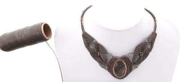 bijoux- collier en macramé gris - autour d'un corail fossile