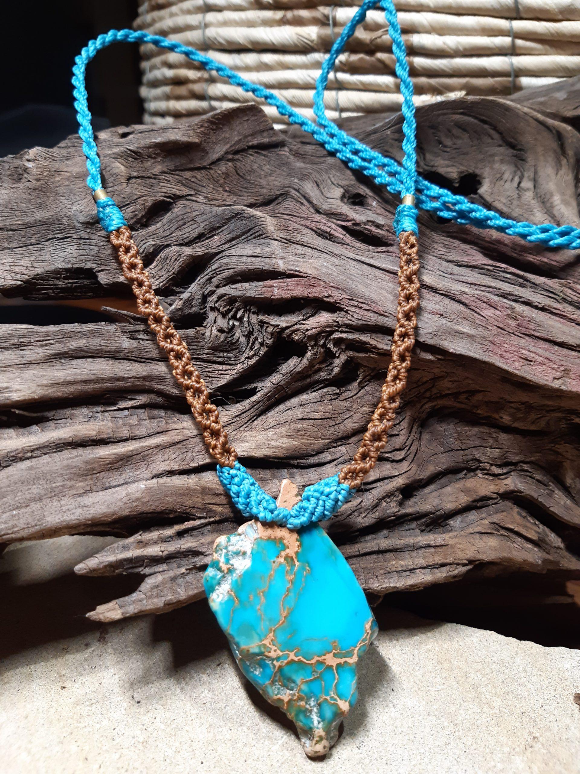 femme, bijou-collier en macramé sur jaspe turquoise