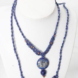 femme-bijou-collier en macramé- lapis lazuli