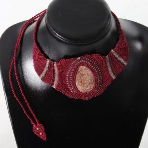 femme-bijou-collier en macramé-souveraine sur pierre chrysanthème
