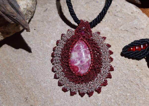 """bijou-pendentif du collier en macramé """"élégante en médaillon"""" sur pierre chrysanthème"""