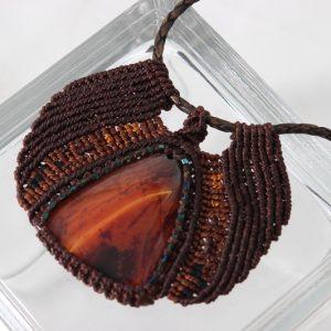 femme-bijou-collier ras du cou tribal en brun sur agate