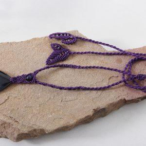 femme-bijou-collier Indomptable en violet cassis sur agate