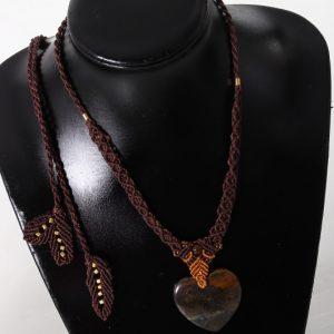 femme-bijoux-collier en macramé-confiante en œil de tigre