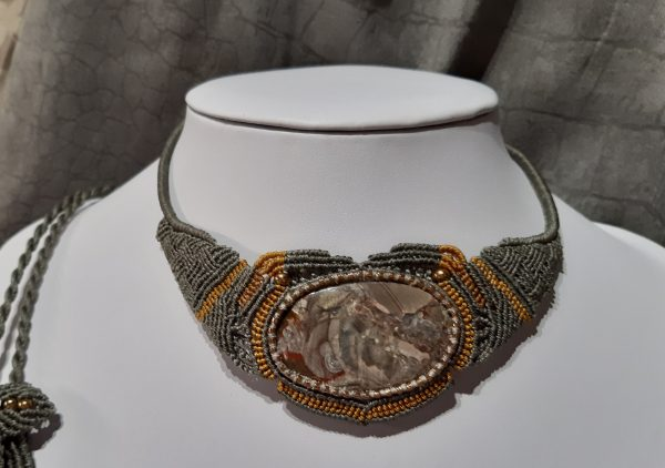 bijou- collier macramé-protectrice en gris et or sur jaspe mushroom