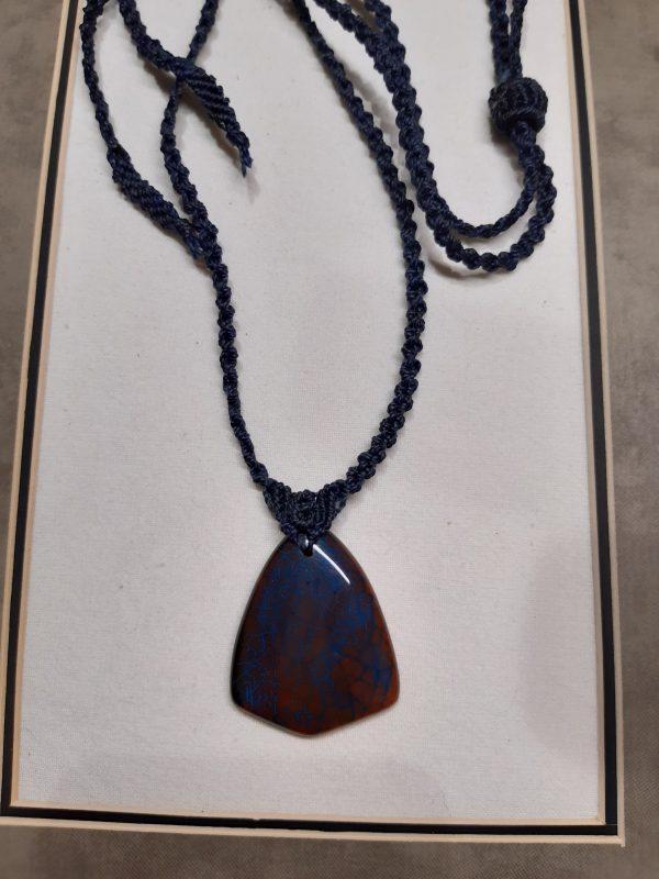 homme-femme - bijou-collier en macramé bleu sur agate