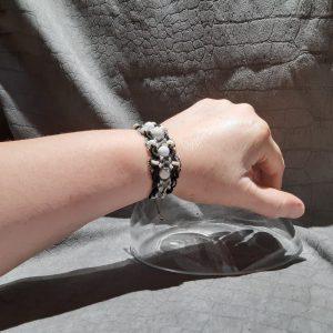 femme- bijou, bracelet en macramé « Lumières à la lune » sur howlite