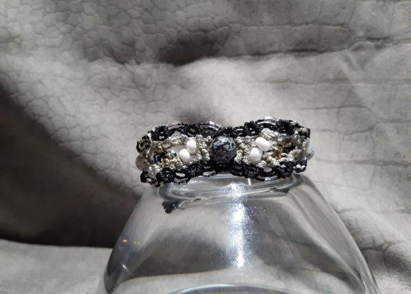 Femme- bracelet Lumière, nuit et neige, sur obsidienne
