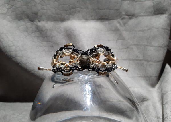 femme-bijou- bracelet lumières en noir, gris, or