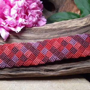 femme-bijou- bracelet en macramé- damier rouge