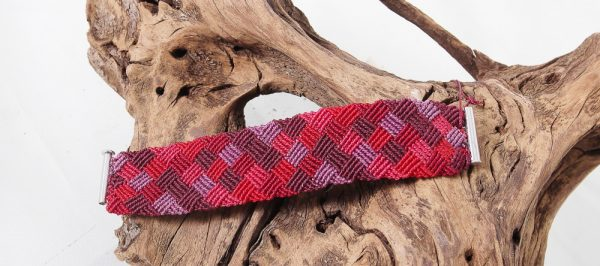 femme-bijou- bracelet en macramé -damier rouge