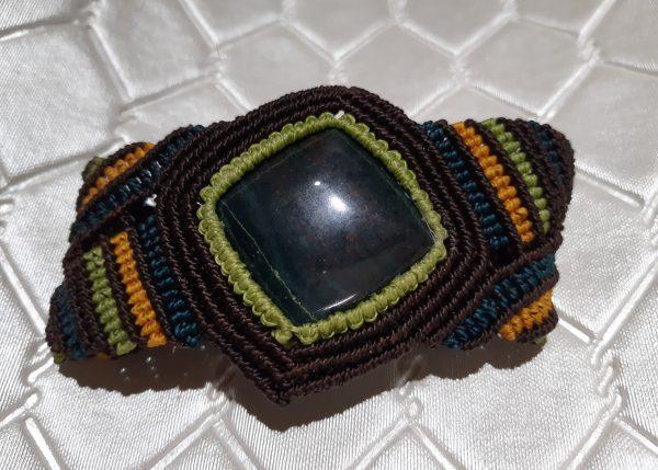 femme- bijou en macramé- bracelet sur jaspe