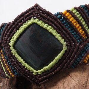 femme- bijou en macramé- bracelet sur jaspe gros plan