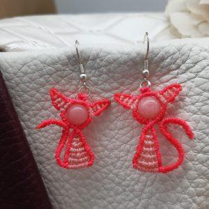 femme-boucles d'oreille en macramé sur rubis zoisite.
