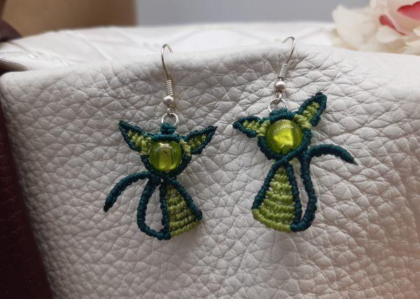 """femme- boucles d'oreille en macramé """" chatons vert printemps"""" sur perles de Murano."""