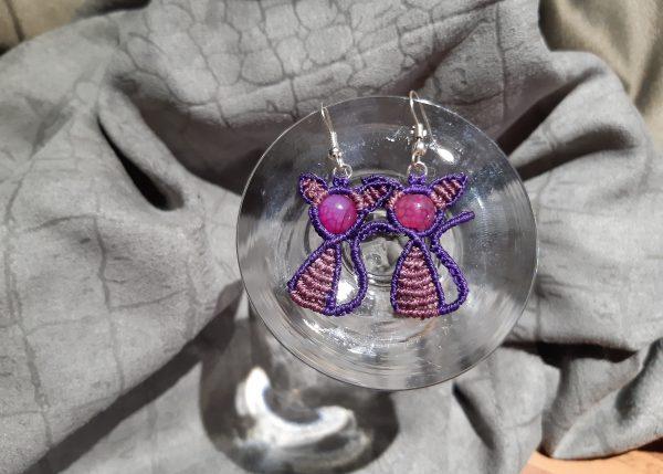 femme, boucles d'oreille chatons sur agate violette