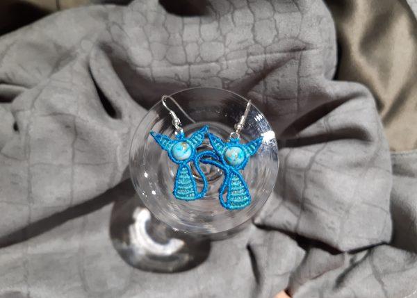 """femme, boucles d'oreille """"chatons sur perle bleue """""""