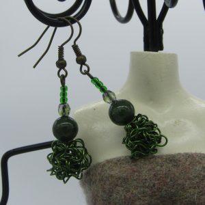 femme- bijou-paire de boucles d'oreille fantaisie-vertes
