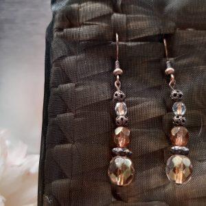 femme- bijou-paire de boucles d'oreille fantaisie-