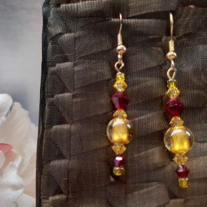 femme, bijou -paire de boucles d'oreille fantaisie- jaune et rouge