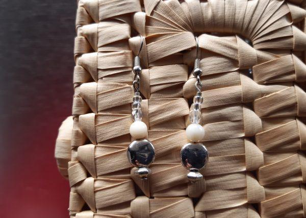 femme- bijou-paire de boucles d'oreille fantaisie- blanc et argent