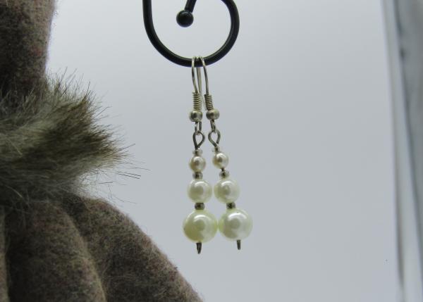 femme- bijou-paire de boucles d'oreille fantaisie-blanches nacrées