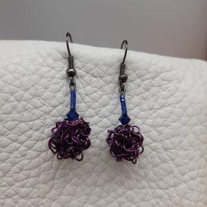 femme- bijou-paire de boucles d'oreille fantaisie-violet satiné et bleu .
