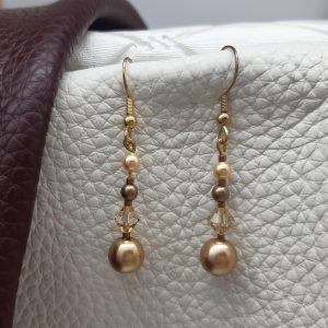 femme- bijou-paire de boucles d'oreille fantaisie nacrées, dorées.
