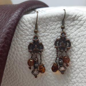 femme- bijou-paire de boucles d'oreille fantaisie-brun et cuivre.