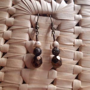 femme- bijou-paire de boucles d'oreille fantaisie-brunes et ivoire