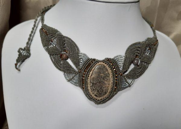 femme-bijoux-collier en macramé-corail fossile