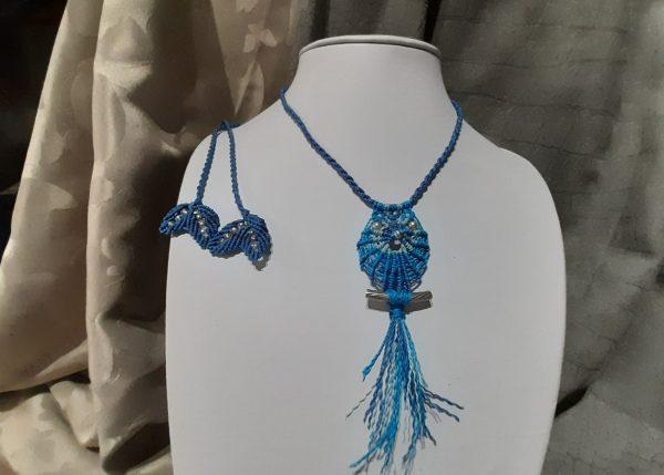 "femme, bijou collier en macramé ""hibou bleu"""