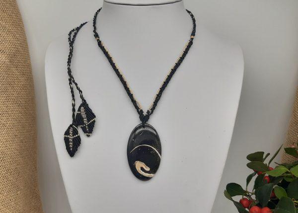 bijou en pierre fossile de turritelle, collier en macramé