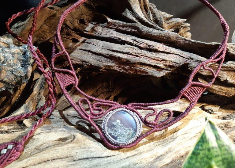 bijou-collier en macramé sur agate mousse