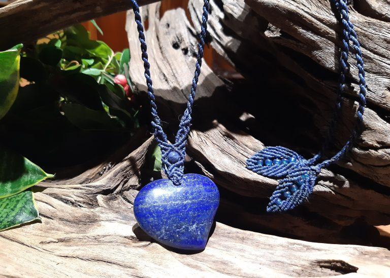 collier macramé sur lapis lazuli Royale et sereine