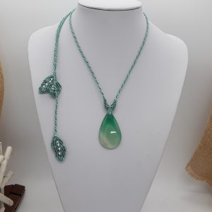 Sur agate onyx, collier macramé Vert tendre