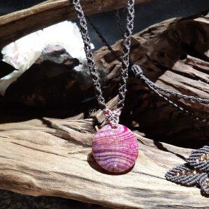 collier-femme- sur agate- en macramé-planete-rose N188