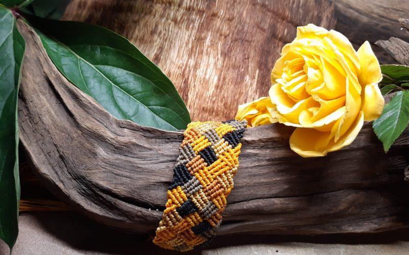 femme-bijou-bracelet en macramé-cartésienne en damier jaune et noir